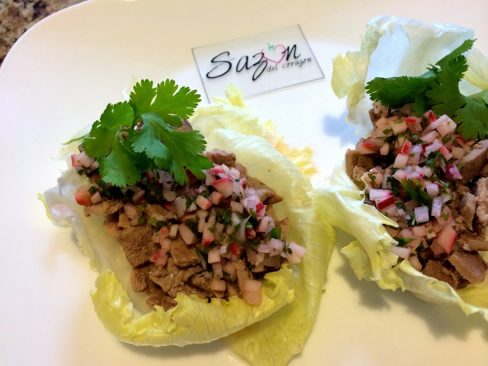 Tacos de lechuga con carne asada