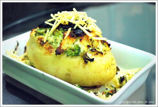 composição light: batata recheada com ricota e brócolis