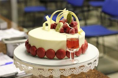Torta Marie Antoniette - Chocolate Branco, Pistache e Framboesas
