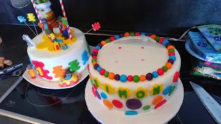 Gâteau d'anniversaire de Simon partie II: le montage et la décoration en PAS