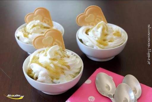 Iogurte gelado de banana com chantilly e calda de figo da Índia... 3.º Concurso Aromas e Sabores com figo da Índia