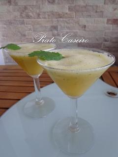Sumo natural de ananás com gengibre e hortelã menta