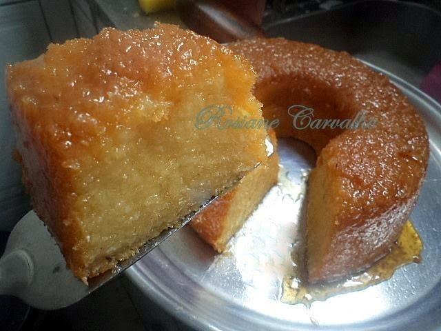 bolo de aipim com coco e calda caramelizada