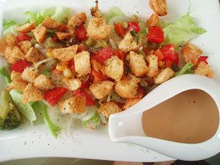 Saladinha especial com croutons e molho de mostarda e mel