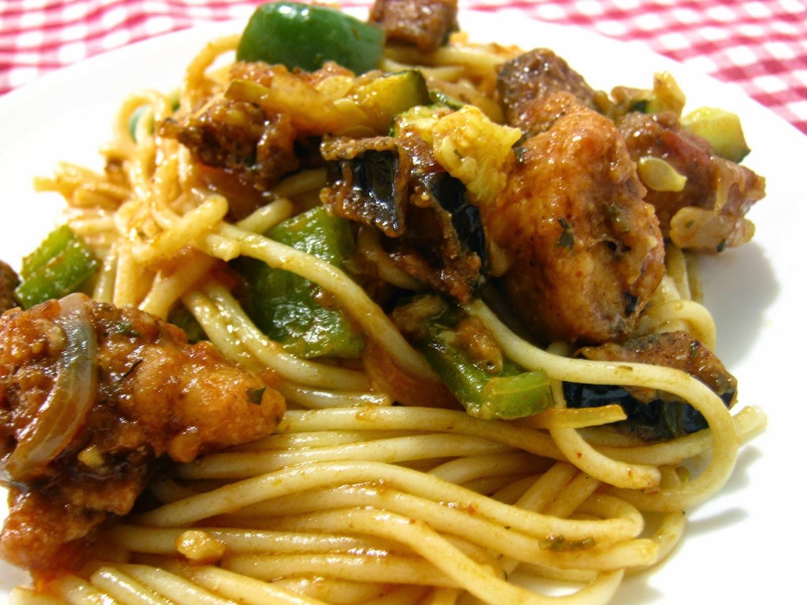 Spaghetti com berinjela, abobrinha italiana, pimentão e frango