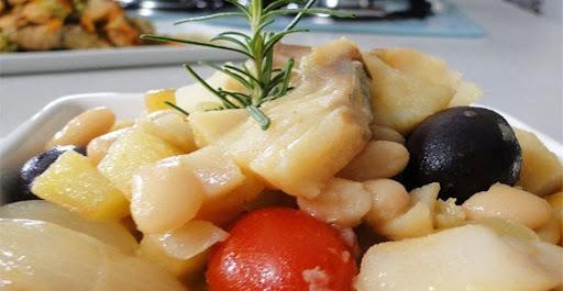 sopa de feijao branco com bacalhau