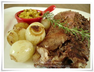 Suã de Porco a Moda Siciliana com Cebolas Morenas e Farofa Picante