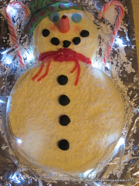Frosty the snowman cake - Baking Mad recipe