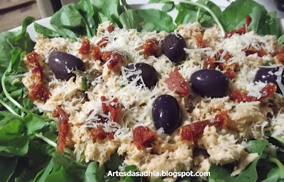 Salada de salmão com rúcula  e azeitonas