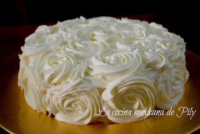 Delicioso pastel 3 leches con crema de chocolate para el día de las madres