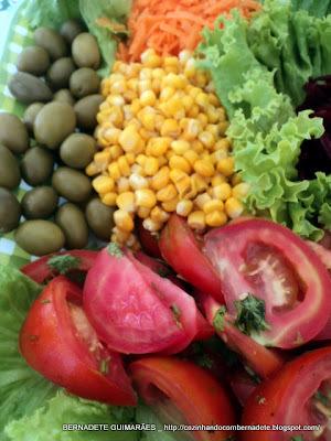 Saladas coloridas cruas e cozidas