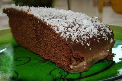 Bolo de chocolate com cobertura de chocolate quente e côco