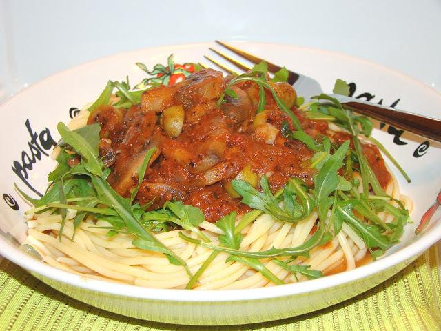 Espaguete ao molho de tomatae com champignon e rúcula