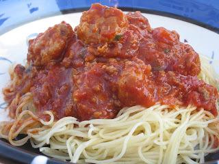Sauce à spaghetti à la tomate et à la saucisse de Liza Frulla