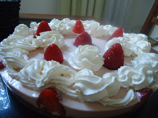 Receita: Torta cheesecake de morango com chantily