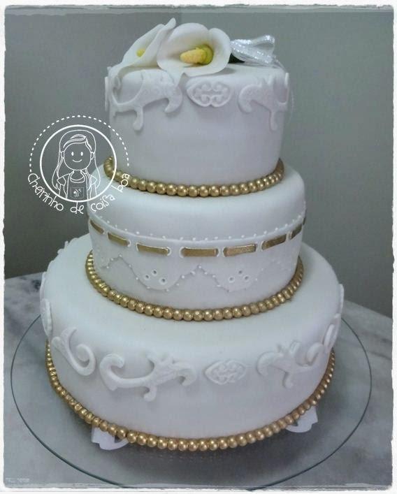 Bolo de casamento com perolas douradas