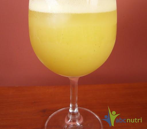 Suco de abacaxi, gengibre e manjericão
