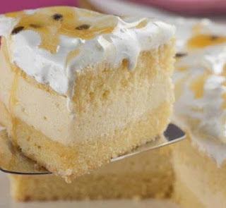 bolo branco com recheio de mousse de maracuja