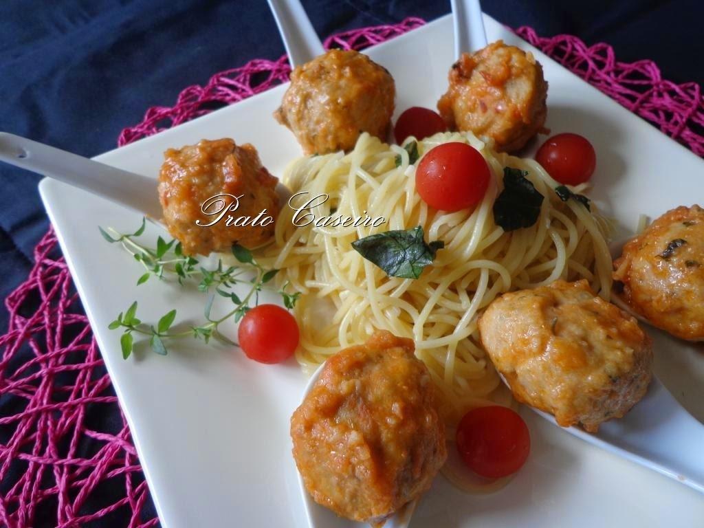 Almôndegas acompanhadas com esparguete