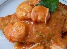 Filé de pescada à milanesa com molho de camarão