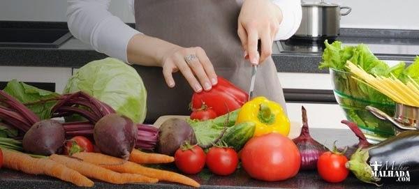 Ressaltando o sabor da comida sem sal na cozinha