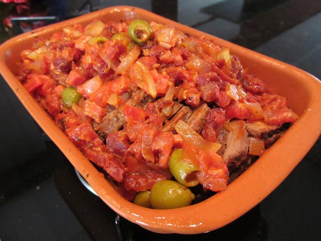 molho para carne assada com recheio de linguiça e bacon