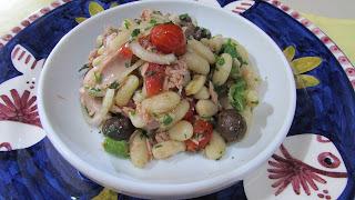 de salada de feijão fradinho com atum