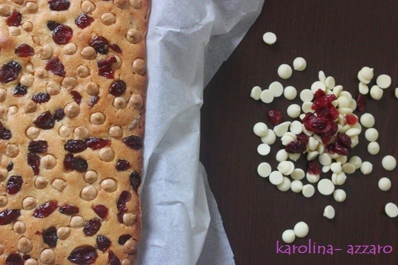 Vanilkový koláč s bielou čokoládou a brusnicami