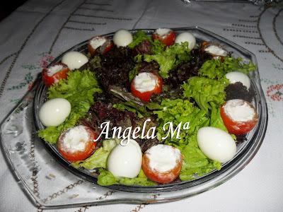 Salada verde com tomatinhos cerejas recheados