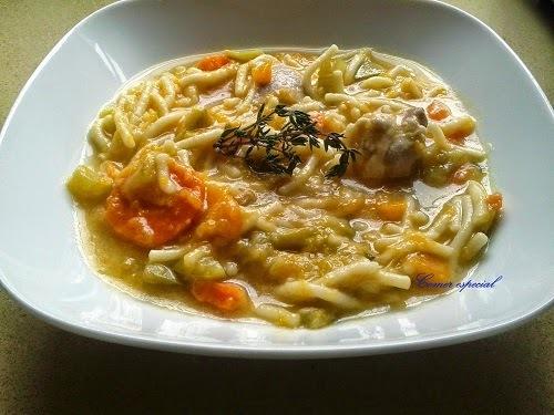 Sopa de fideos con carne y verduras