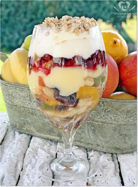 Salada de frutas com creme de baunilha,chantilly e granola
