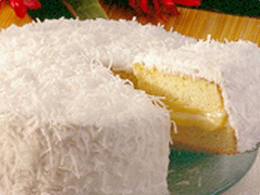 Bolo Baba-de-moça - Bolo branco recheado com baba-de-moça coberto com marshmallow e coco