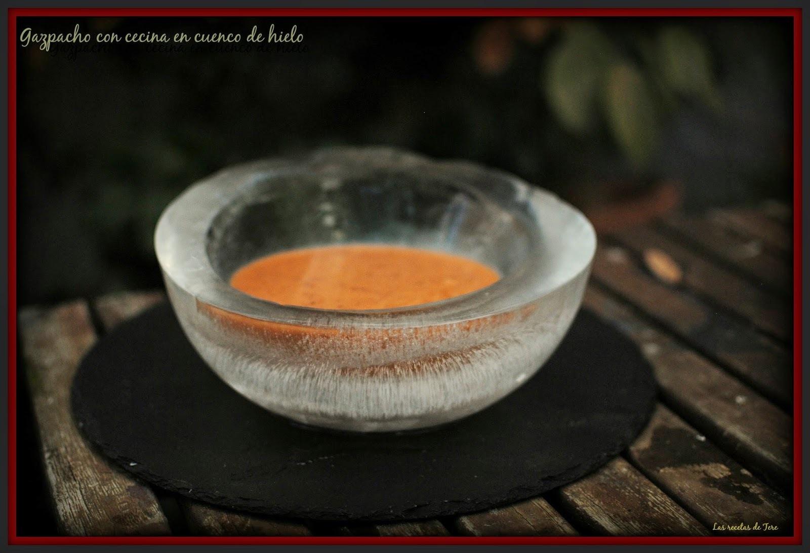 Gazpacho con cecina en cuenco de hielo.