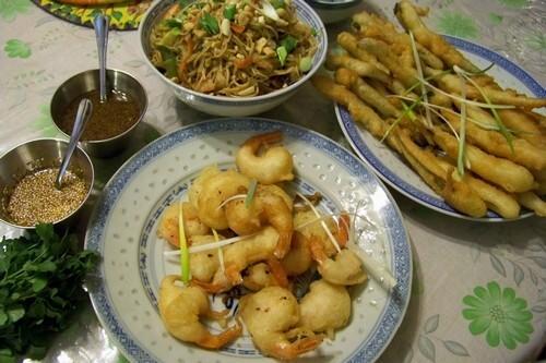 Crevettes et légumes au wok sauce d'huître et tempura de légumes et crevettes