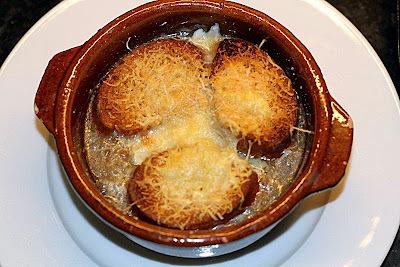 Sopa de ceba gratinada - Soupe gratinée à  l'oignon