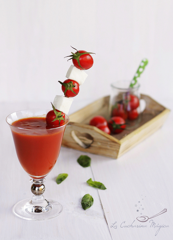 Bloody Mary con brocheta de queso mozzarella y tomate cherry