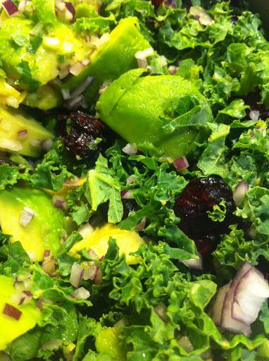 grønkål, avocado og tranebær salat med wasabi vinaigrette
