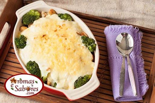 Frango com brócolis e molho branco