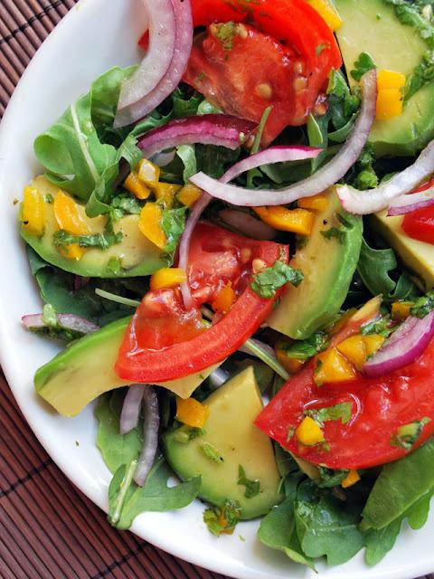 ensalada de aguacates y tomates con vinagreta de cilantro y lima