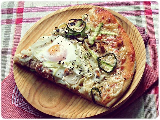 Pizza vegetal con salmón y dos huevos. La masa de pizza ideal.
