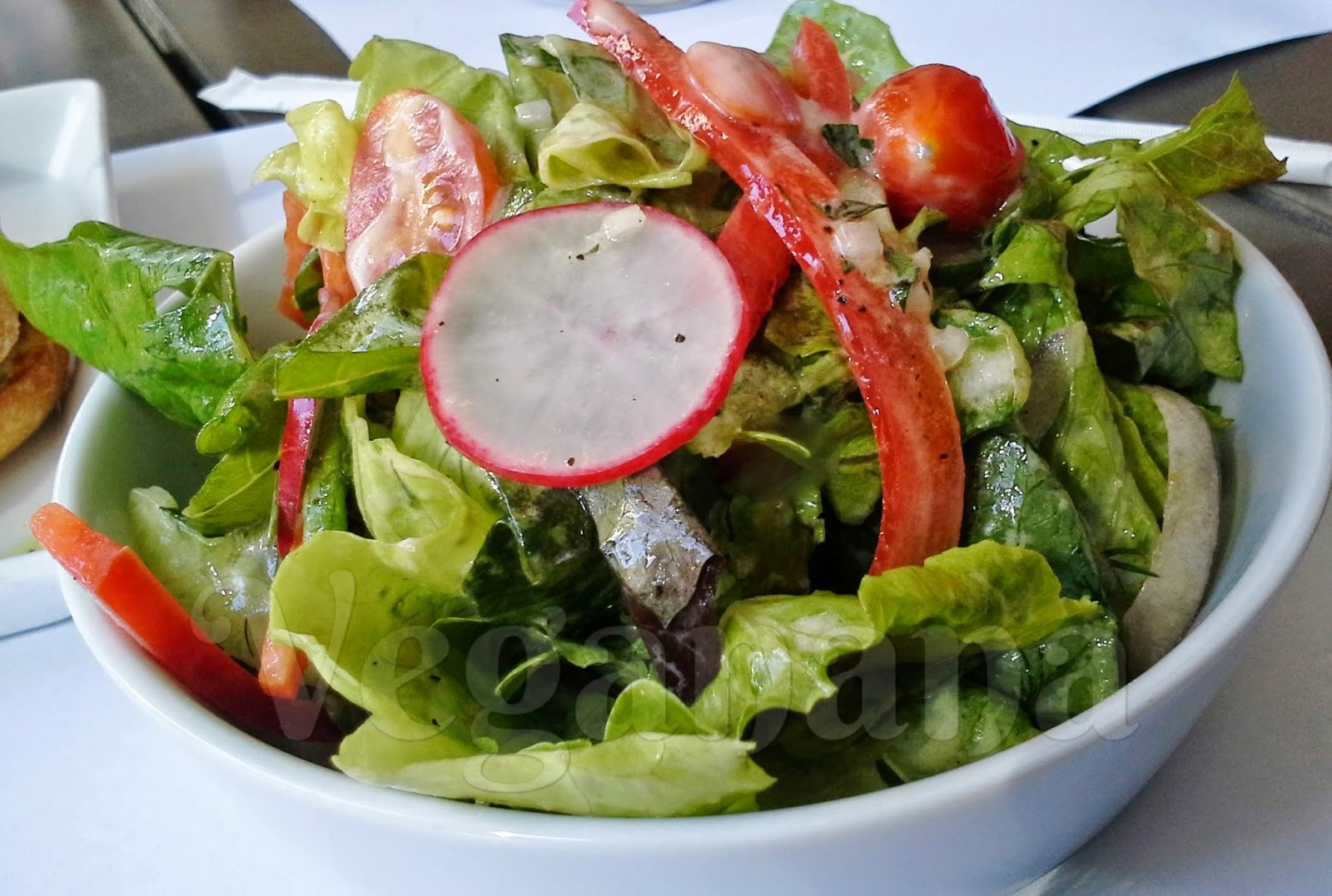 Salada com Molho de Aveia, Grão de Bico e Gergelim