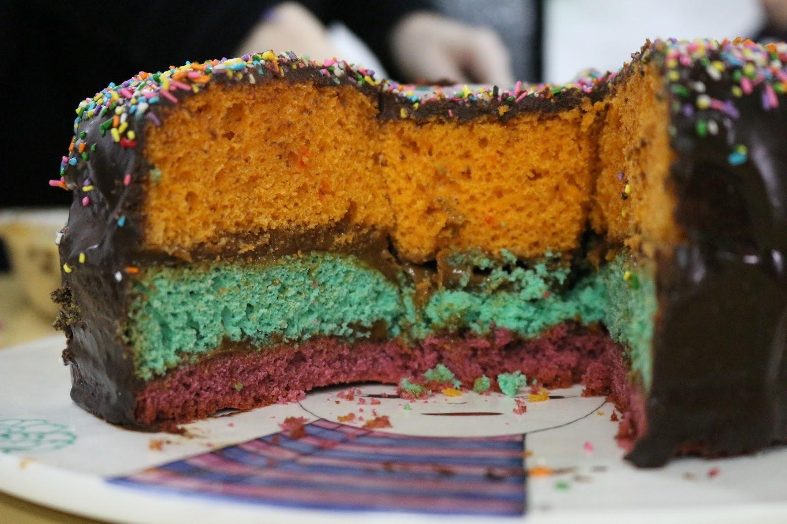 Torta de cumpleaños tricolor con cobertura de chocolate