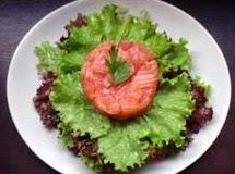 Salada Verde e Tartar de Salmão com Mostarda e Gengibre