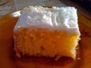 bolo de abacaxi usando a massa de bolo sabor abacaxi