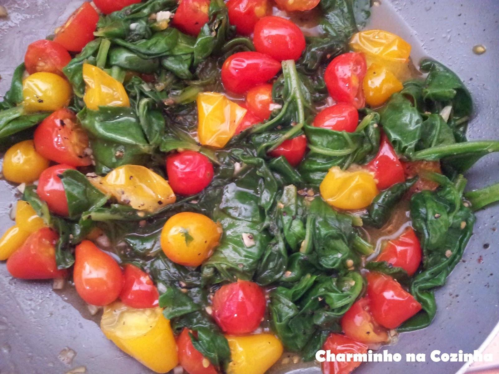 Salada quente de espinafre e tomatinhos