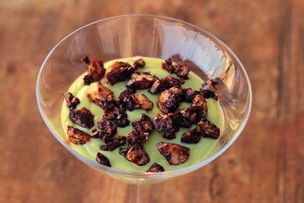Mousse de abacate e iogurte com castanhas crocantes