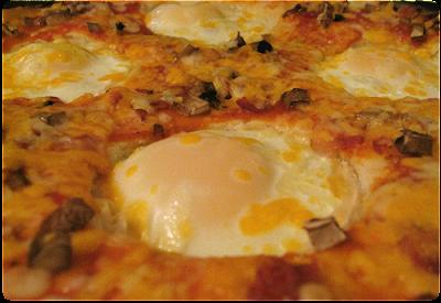 pizza recheada com ovos, feita com massa de sobras arroz