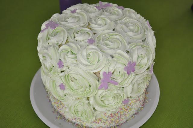 decorar la torta de violeta