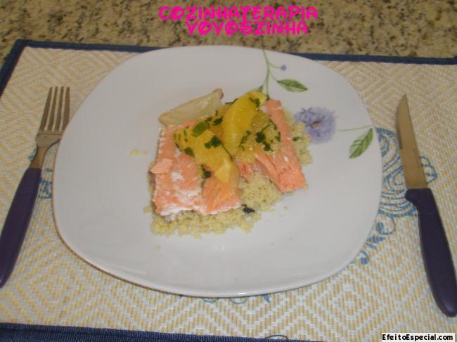 Salmão em papillote e cuscuz marroquino e salada de laranja