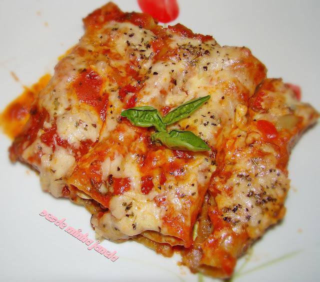 Canelone de carne moída com molho de tomate e manjericão